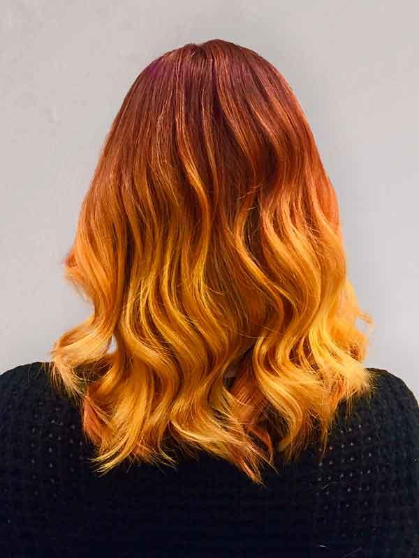 oranssiin vivahtava tukka